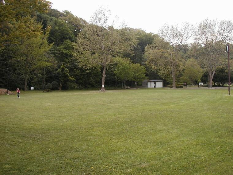 公園 富岡総合公園(海の景色も山の景色も楽しめる公園です。アーチェリー射撃場、テニスコート、運動広場、見晴台、牡丹園があり、春には満開の桜が楽しめます。)