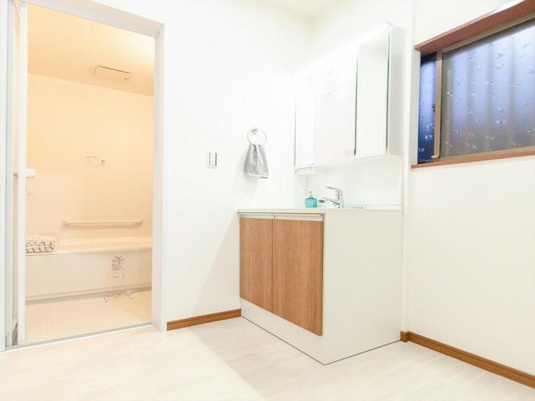 脱衣場 清潔感のあるプライベート空間は、身だしなみチェックや肌のお手入れに最適です。