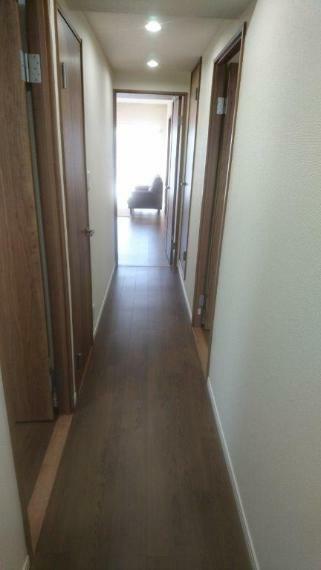 玄関 玄関から見た廊下