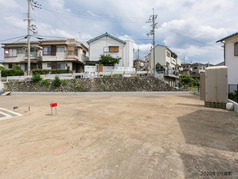 現況写真 5号地(約41.79坪)。西側から撮影。41坪超とゆとりある広さの区画です。街区内道路より奥まっているため、プライバシーに配慮した静かな住まいづくりをご検討いただけます。/2020年9月撮影