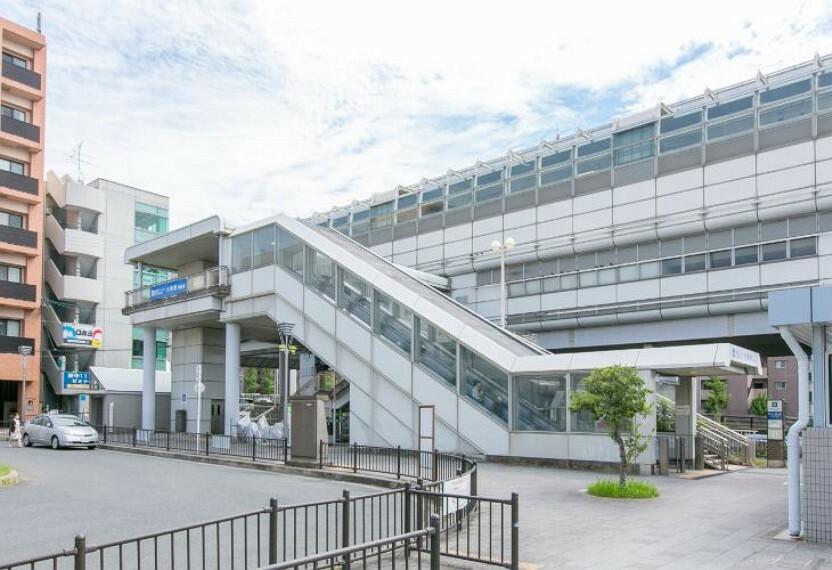 徒歩13分(約1000m)。大阪メトロに接続する「千里中央」駅へ1駅乗車3分、梅田方面へのアクセスも良好です。また「大阪空港」駅へも10分でアクセス、毎日の通勤・通学や出張・旅行の際にも便利な駅です。