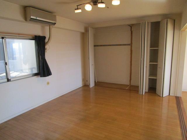 洋室 LDKに面した広々とした洋室10.1帖!東側に窓付で採光・通風性良好!