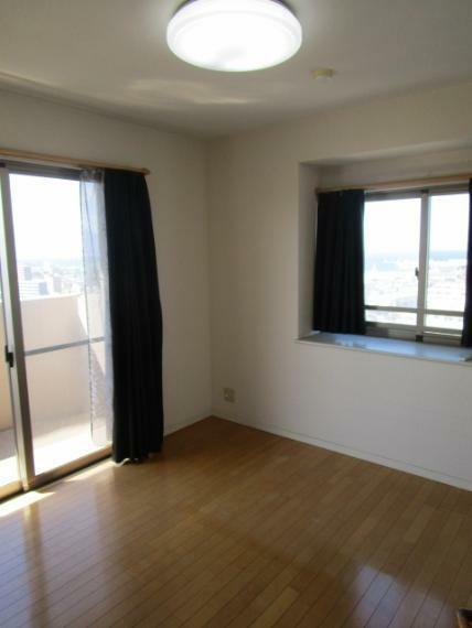 洋室 西面にバルコニー・北側に出窓付で採光・通風良好な北西側洋室5.8帖!