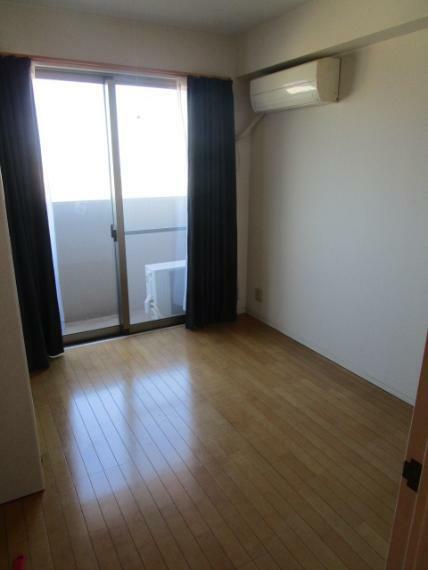 洋室 北面バルコニーに面して採光・通風性良好な北東側洋室4.9帖!