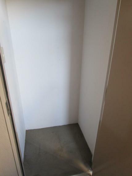 収納 玄関ポーチ内には専用のトランクルーム付!