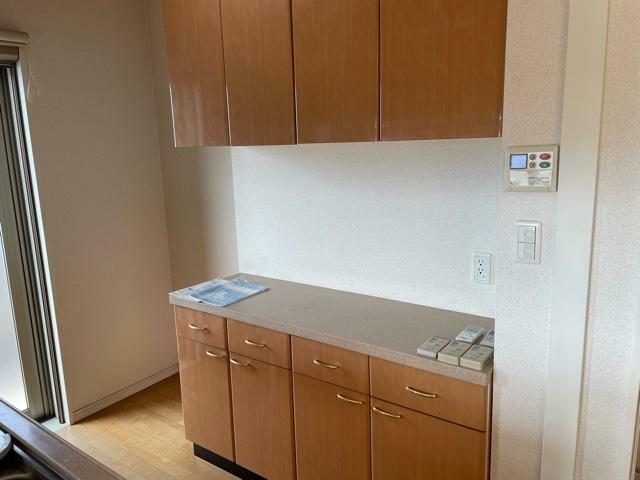 キッチン 背面にはカップボード付!