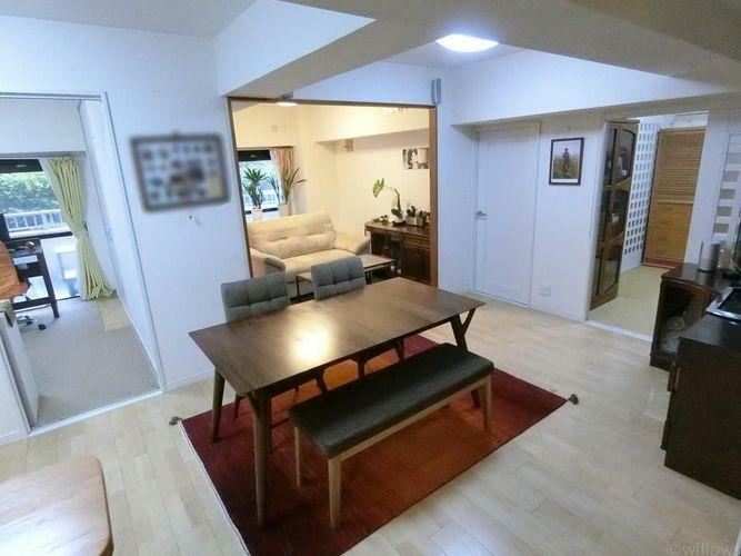 居間・リビング お部屋の真ん中にリビングがございますので、自然とご家族での時間を共有できますね。