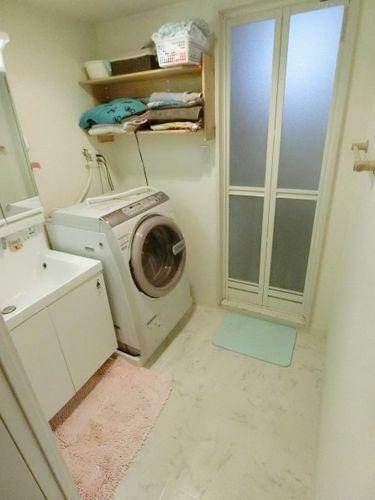 洗面化粧台 脱衣スペースもあり、広々とした空間で、身だしなみチェックや肌のお手入れも快適に。