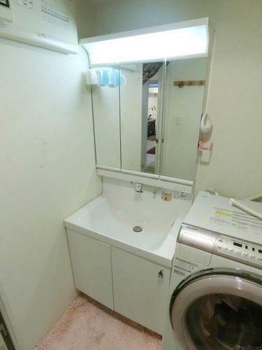 洗面化粧台 3面鏡も付いて機能的な洗面台です。収納スペースもしっかりとございます。
