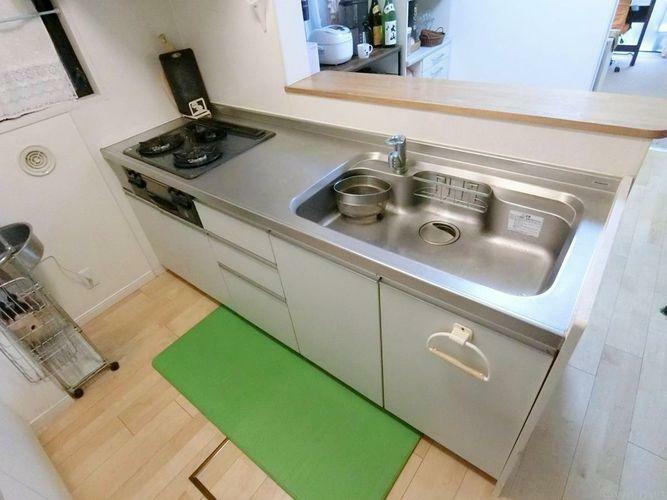 キッチン カウンタースペース付のキッチンです。ご家族で一緒に料理をしても窮屈にならない広さです。