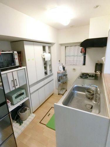 キッチン 奥行きのあるキッチンです。キッチン横にも窓があり、換気等もしっかりと行えますね。