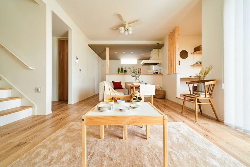 居間・リビング 【対面キッチン】  リビングを見渡せる対面のキッチン。キッチン天井に施されたアクセントクロスが、空間を個性的に演出。(32号棟※2020年9月撮影)