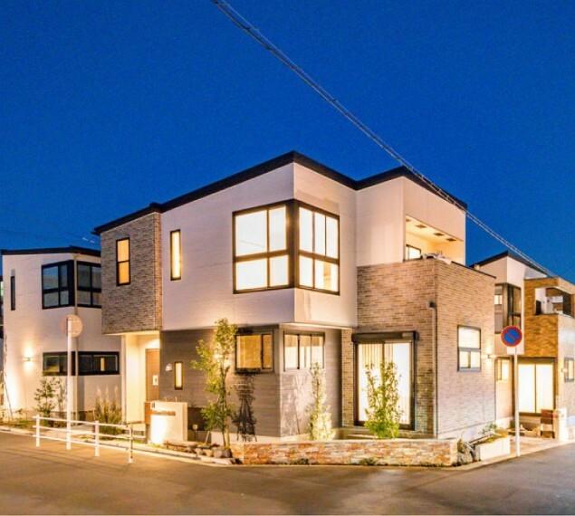 構造・工法・仕様 【灯かりのいえなみ協定(R)】  外壁や外構の照明が自動で点灯し、緑に包まれた街並みをやさしくライトアップ。夜も美しく、防犯性も高めます。(施工例/イメージ)