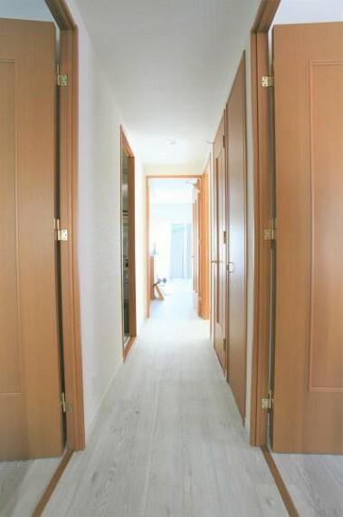 玄関からリビングへと繋がる廊下部分。2020.9月