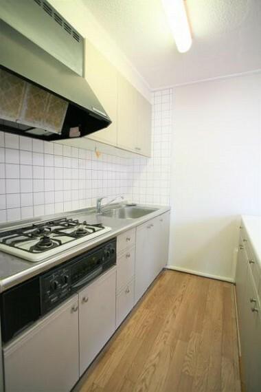 キッチン キッチンは収納充実で、調味料や食器もすっきりとしまえます。2020.11月