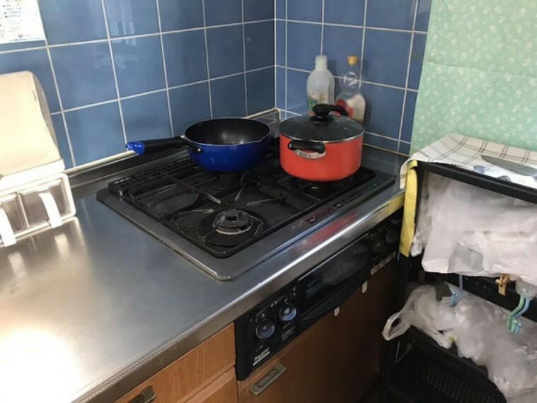 キッチン 三口コンロでお料理もスムーズ