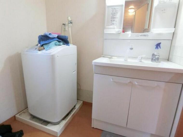 洗面化粧台 洗面台には収納ポケットが付いているので、細々した物も綺麗に片付けられそうです。