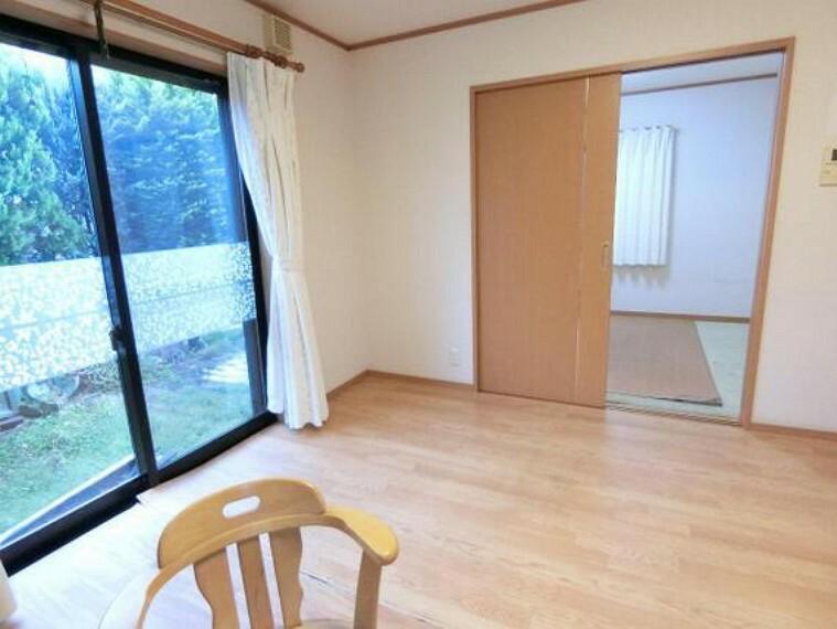 居間・リビング LDK隣りの洋室はキッズスペースとしても便利にご利用頂けます。