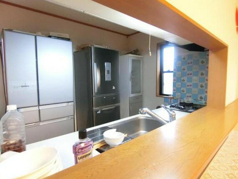 キッチン 対面式キッチンからは室内が見渡せますので、お子様の様子を見ながらお料理が出来ますね。