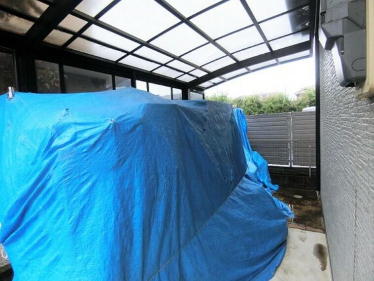 駐車場 屋根付きのカースペースは雨の日の乗り降りも楽ちんですね。