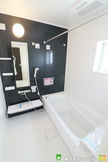 浴室 ベンチ付きで半身浴も楽しめる浴槽です。ゆっくりと外での疲れを癒すことができますね(2021年3月撮影)