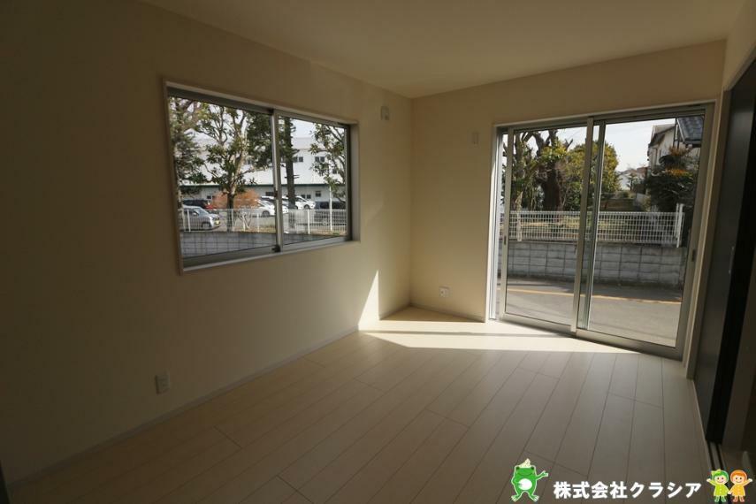 洋室 1階6帖の洋室です。自然の光が差し込む明るい室内です。爽やかな風をお部屋にはこんでくれます(2021年3月撮影)
