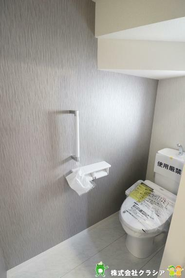 トイレ 1階トイレです。壁には手すりが付いており、足腰が悪い方やご年配の方にも利用しやすく嬉しいですね(2021年3月撮影)
