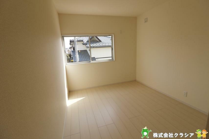 子供部屋 2階5.75帖の洋室です。自分好みの空間にコーディネートできるシンプルな室内です(2021年3月撮影)
