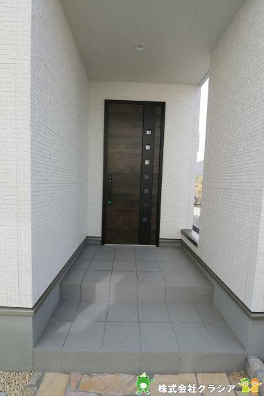 玄関 プライバシーに配慮されたポーチ付き玄関です。(2021年3月撮影)