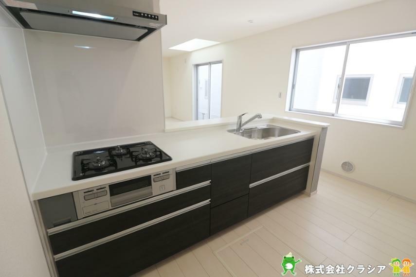 キッチン カウンターキッチンは空間を広々と感じさせてくれ、雰囲気が明るくなりますね(2021年3月撮影)