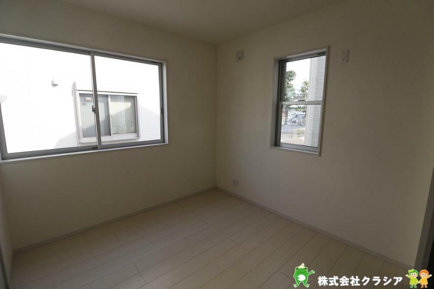 洋室 飾りすぎない室内は、快適に過ごせる空間を自分自身で創り出すことできますね(2021年3月撮影)