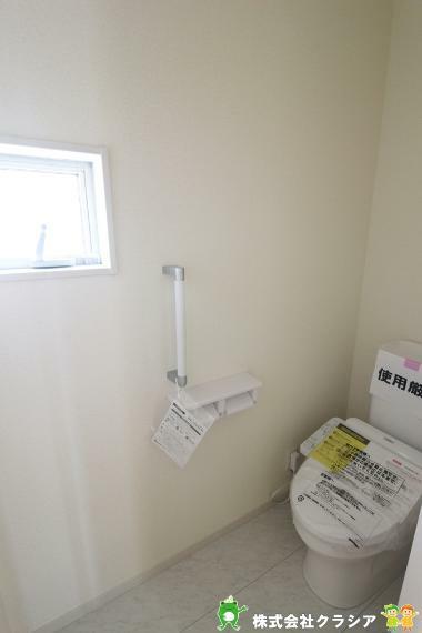 トイレ 2階トイレです。快適な温水清浄便座付。いつも使うトイレだからこそ、こだわりたいポイントです(2021年3月撮影)