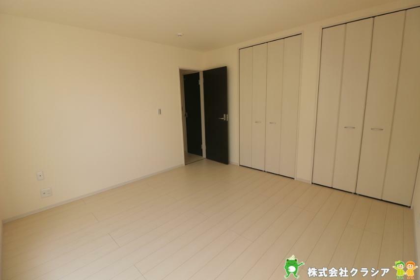 寝室 各居室には収納完備していますので、綺麗な空間が保てますね(2021年3月撮影)