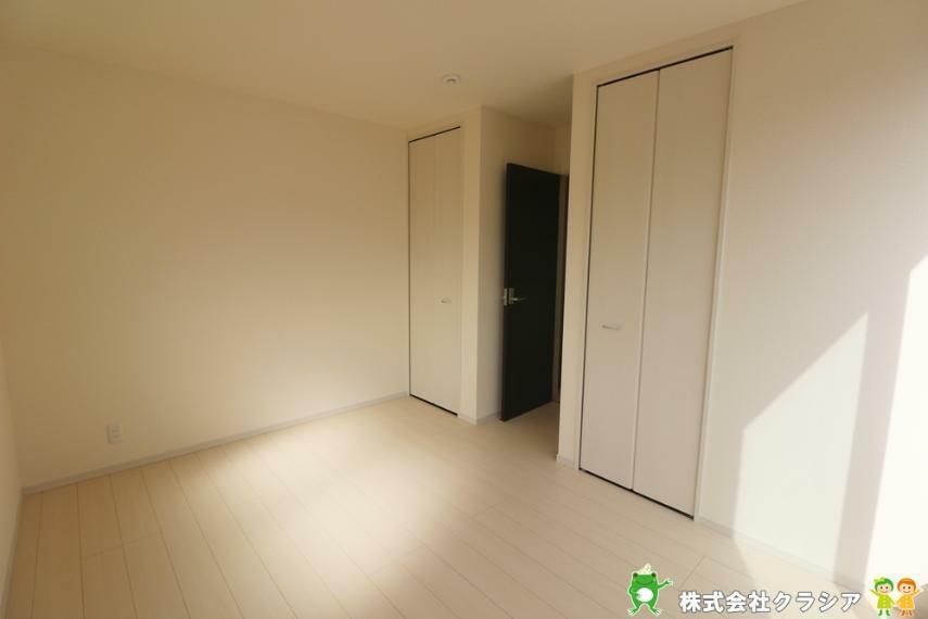 寝室 居室にはクローゼットを完備。片手でスムーズに開け閉めできるのは嬉しいポイントですね(2021年3月撮影)