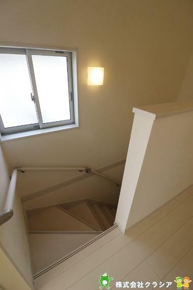 手すり付きの階段は転倒防止につながりますよ(2021年3月撮影)