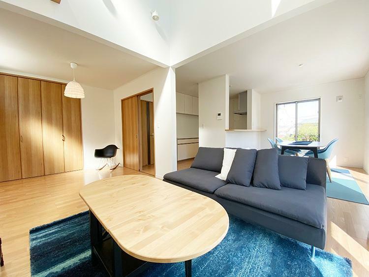 居間・リビング 近隣分譲地にて家具付きのモデルハウスをご用意しています。フローリングのサラサラの質感、開放的なリビング、収納力高いの大型クローゼット、使い勝手の良いキッチンなど実際に見て、触れて、ご体感して下さい。