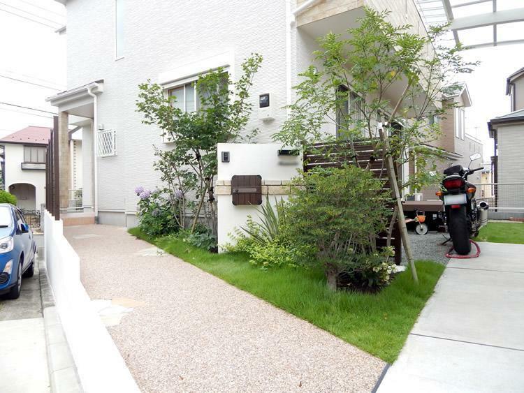 玄関 玄関は家の「顔」です。シンプルモダンなデザインからラグジュアリーなデザインまで全20種からお選びいただけます。またその「顔」までのアプローチ「道」やプライバシーなどを考えた「外部空間」を私達がご提案致します。