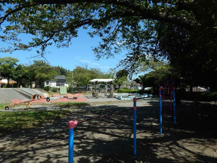 公園 椎名谷公園まで300m 子どもが走り回れる広さの公園まで徒歩4分。地元の人にも馴染み深い公園で設備には遊具・砂場・水飲み・手洗いがあります。