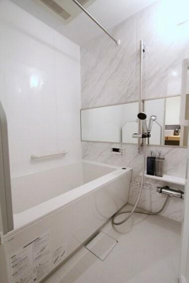 浴室 白を基調とした清潔感のあるユニットバス