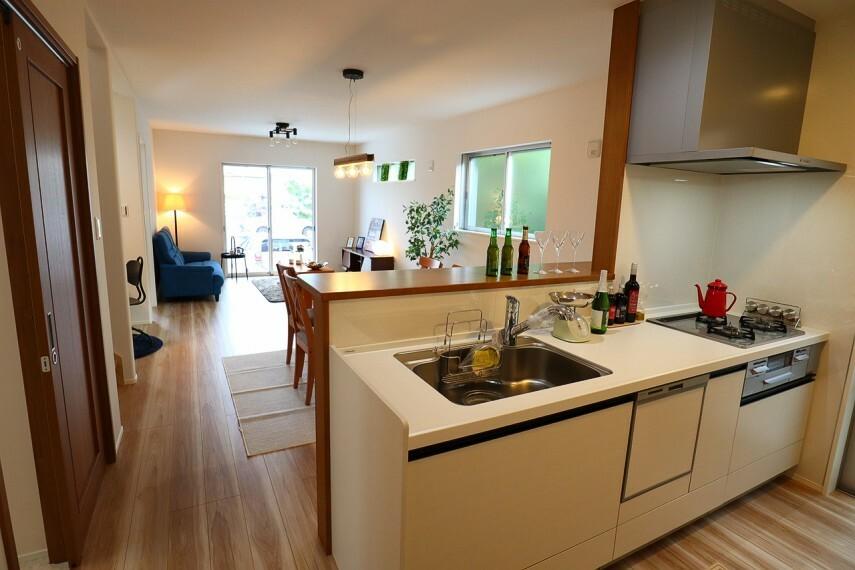 キッチン キッチン  広々としたキッチンは収納も多くすっきりとお使いいただけます。 浄水器付きシャワーノズルでシンク掃除も楽にできます
