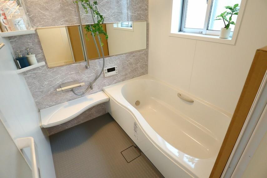 浴室 浴室  一坪サイズの浴室で足が伸ばせて快適です  浴室暖房乾燥機付で、雨の日でも洗濯物が乾かせます