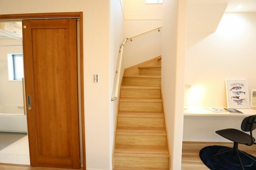 階段  手すり付きの階段  段差を緩やかに設計していますので、小さなお子様やご年配の方にも安心です