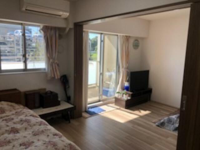 居間・リビング リビングと洋室の仕切り扉を開けると開放的な空間になります。