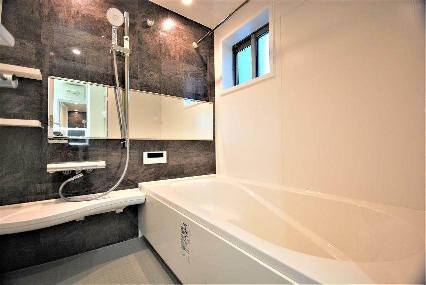 浴室 キレイサーモフロア完備で冬でも足裏から逃げる熱を少なくしてくれます。