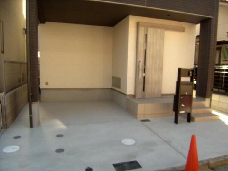 駐車場 1階車庫部分および玄関アプローチ、サインポスト。