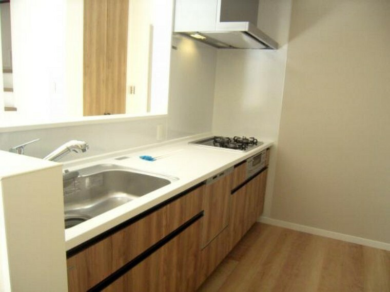 キッチン 南側に向いた対面式のシステムキッチン。食洗器付きです。