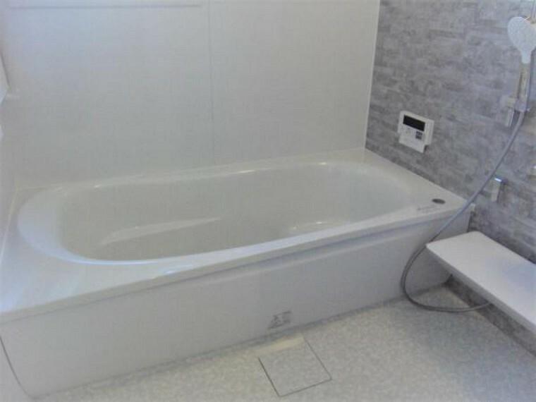 浴室 窓のある明るく風通しの良い2階部分バスルーム。