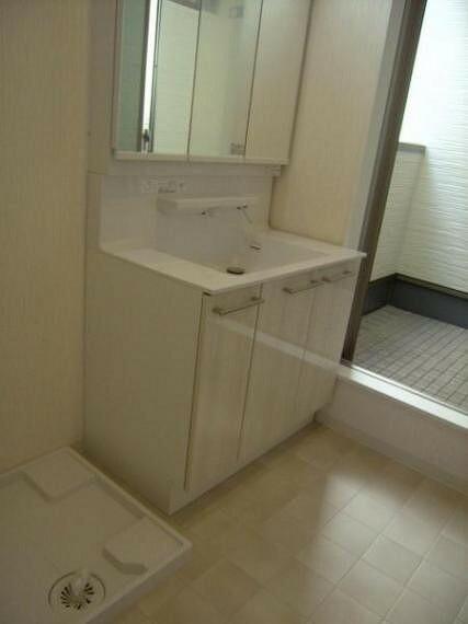 洗面化粧台 脱衣所を兼ねた使いやすい洗面所及び洗面化粧台。