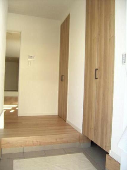 玄関 玄関内部及び使いやすいシューズインクローゼット。