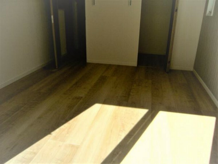 2階約7.1帖の洋室。南側バルコニーに面した明るい主寝室です。